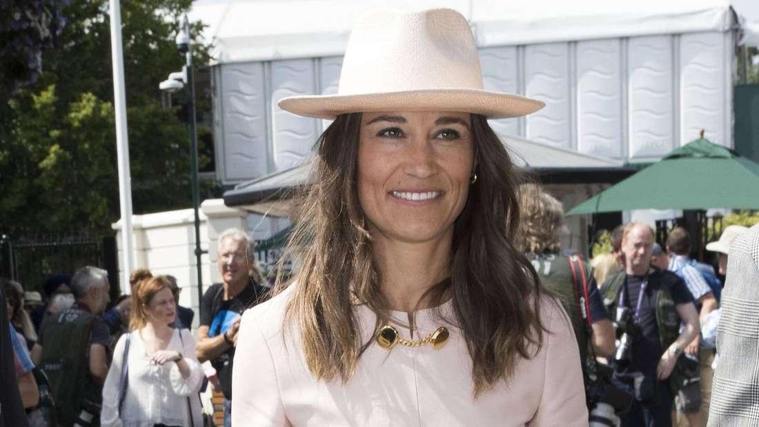 Pippa Matthews trägt ein rosafarbenes Kleid und einen passenden Hut