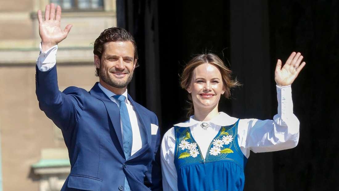 Prinz Carl Philip und Prinzessin Sofia stehen nebeneinander und winken.