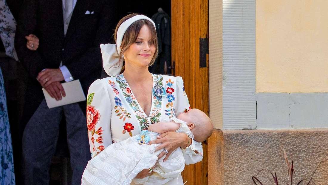 Prinzessin Sofia hält Prinz Julian im Arm.