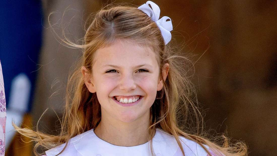 Prinzessin Estelle trägt ein fliederfarbenes Sommerkleid und lächelt.
