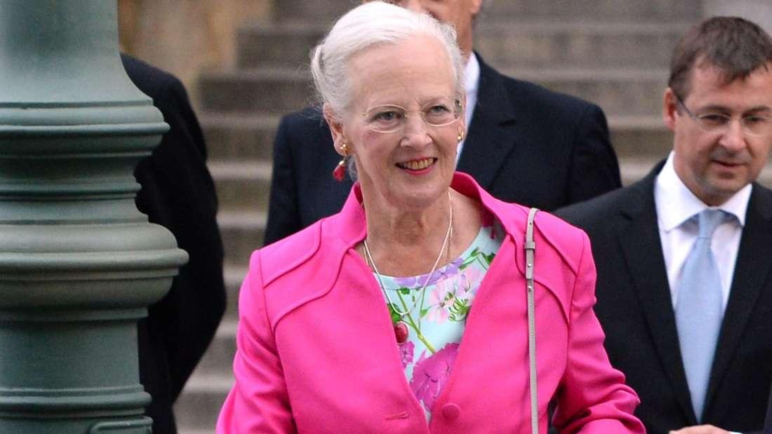 Königin Margrethe II. läuft mit ernstem Blick eine Straße entlang.