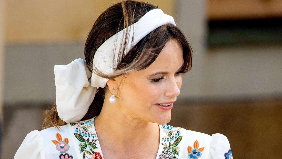 Prinzessin Sofia von Schweden blickt zur Seite.