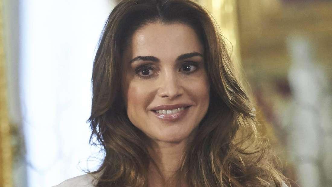 Königin Rania von Jordanien lächelt (Symbolbild).