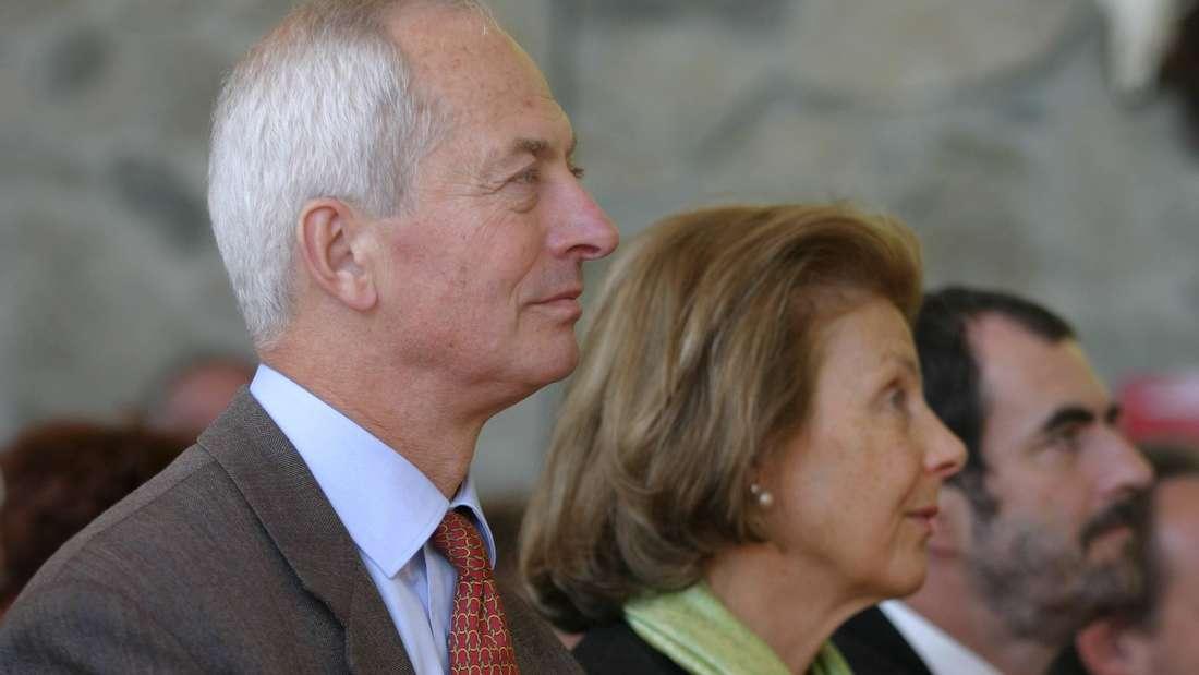 Fürst Hans-Adam II. sitzt neben seiner Ehefrau Fürstin Marie von und zu Liechtenstein.