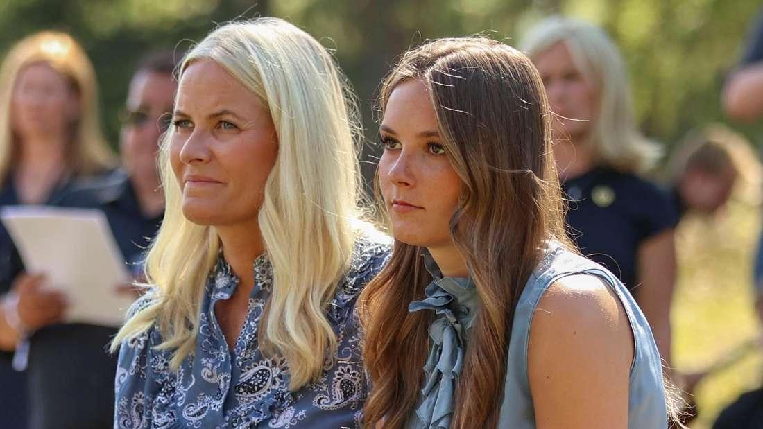 Kronprinzessin Mette-Marit von Norwegen sitzt neben ihrer Tochter Prinzessin Ingrid Alexandra.