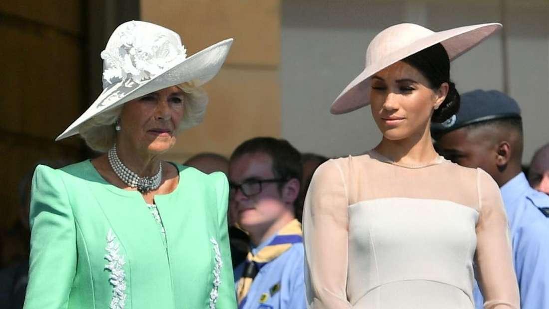 Herzogin Camilla von Cornwall steht neben ihrer Schwiegertochter Herzogin Meghan.