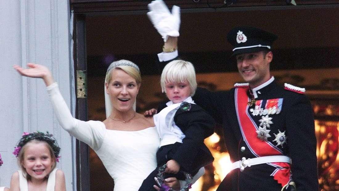 Kronprinzessin Mette-Marit und Kronprinz Haakon winken nach ihrer Hochzeit vom Balkon des Osloer Schlosses.