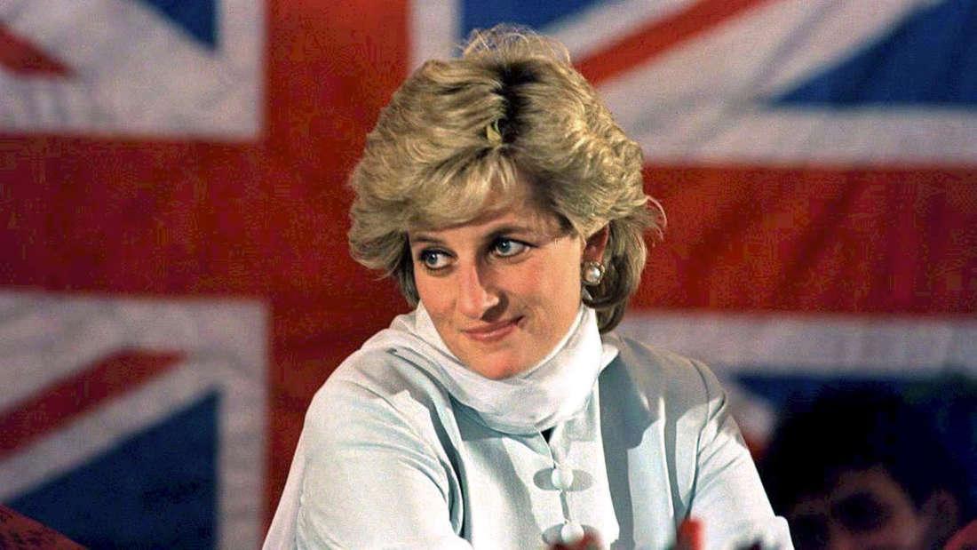 Prinzessin Diana posiert ein Jahr vor ihrem Tod vor der britischen Fahne.