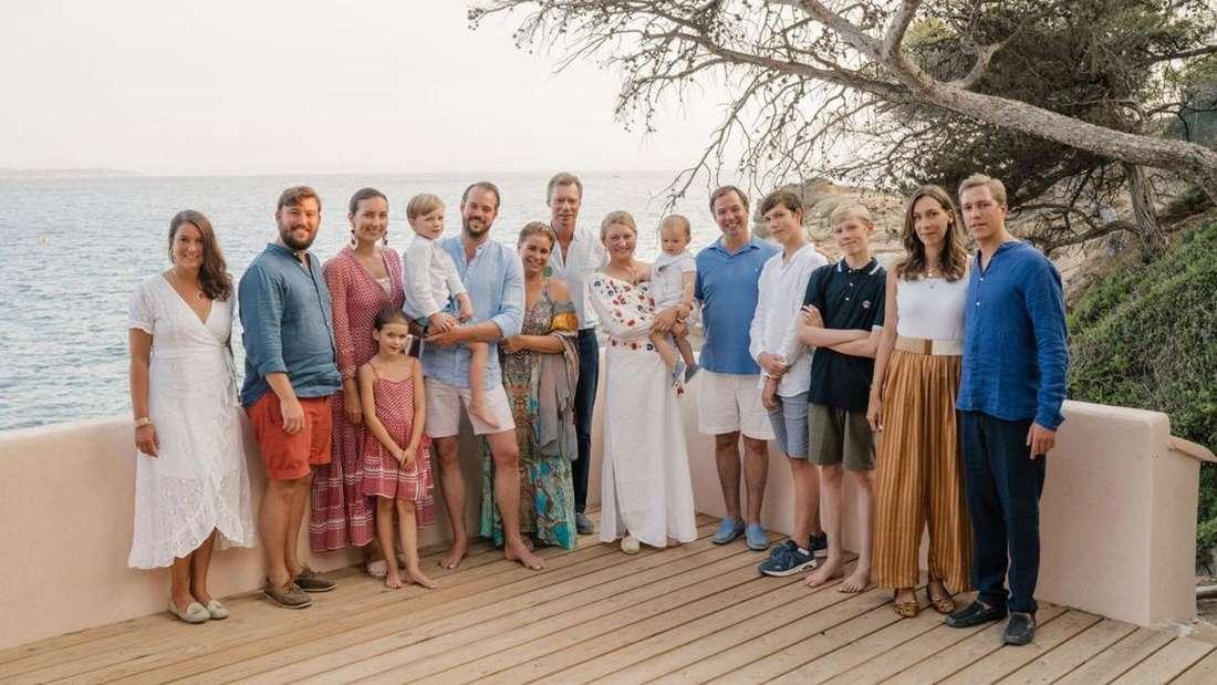 Die großherzogliche Familie von Luxemburg posiert im Sommerurlaub für ein Foto.