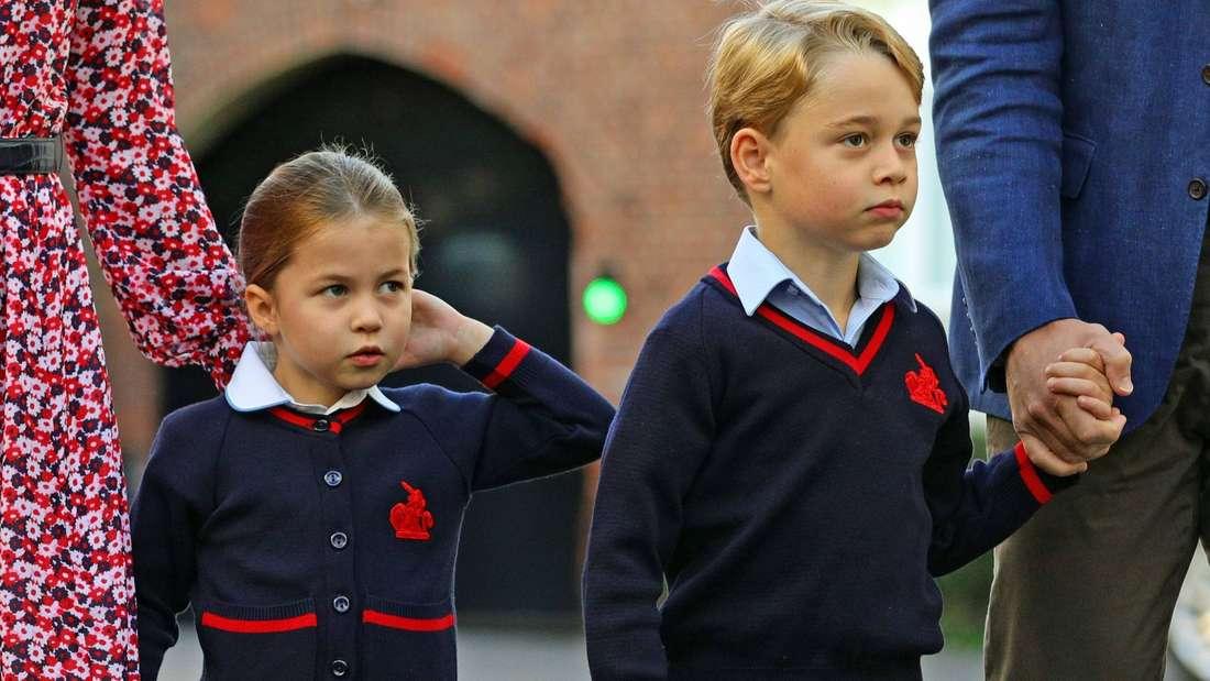Prinzessin Charlotte und Prinz George stehen in ihrer Schuluniform nebeneinander.
