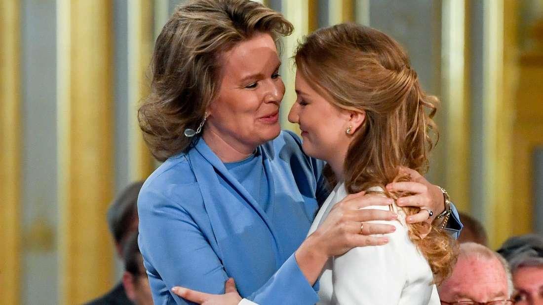 Königin Mathilde von Belgien umarmt ihre Tochter Prinzessin Elisabeth bei der Zeremonie zu ihrem 18. Geburtstag (Symbolbild).