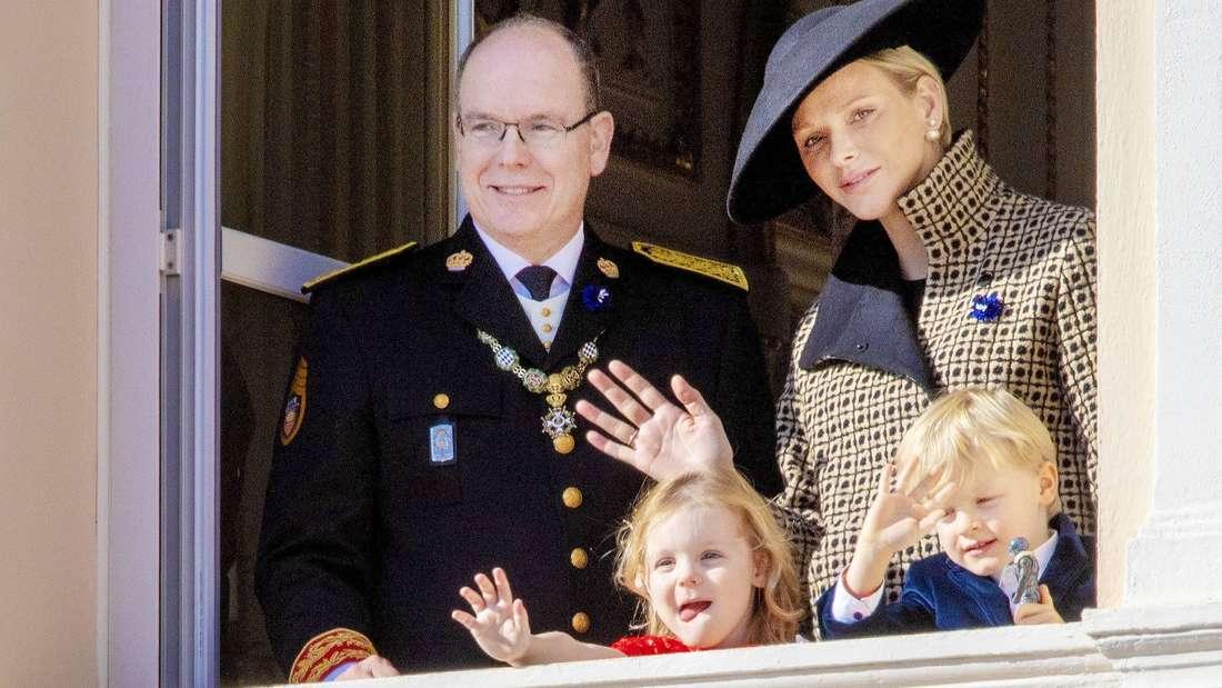 Fürst Albert, Fürstin Charlène und die Zwillinge Jacques und Gabriella von Monaco winken vom Balkon (Symbolbild).