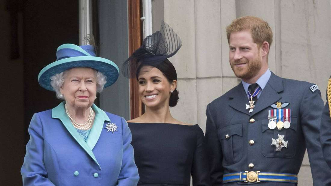 Queen Elizabeth II., Herzogin Meghan und Prinz Harry auf dem Balkon des Buckingham-Palastes (Symbolbild).