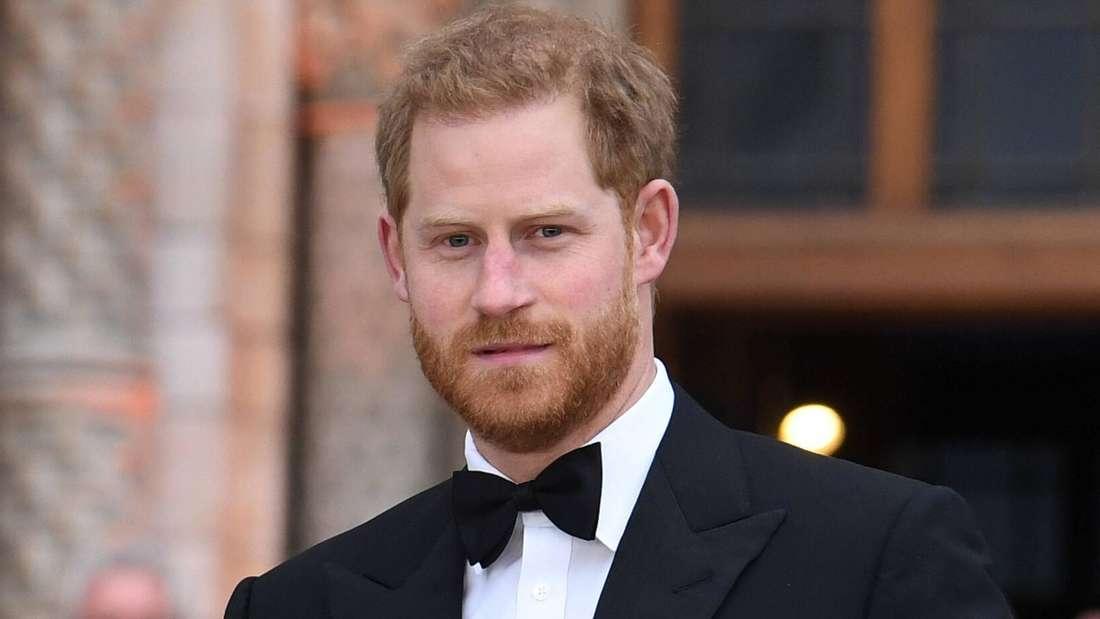 Prinz Harry schaut ernst und trägt einen Smoking (Symbolbild).