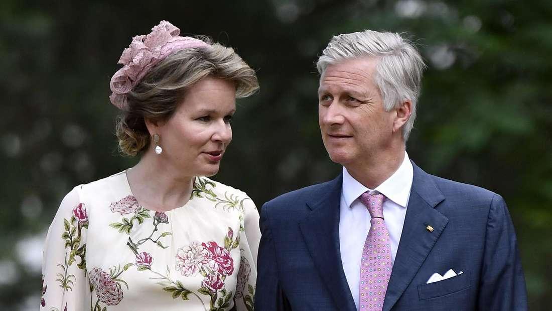 Königin Mathilde von Belgien blickt zu ihrem Ehemann König Philippe.