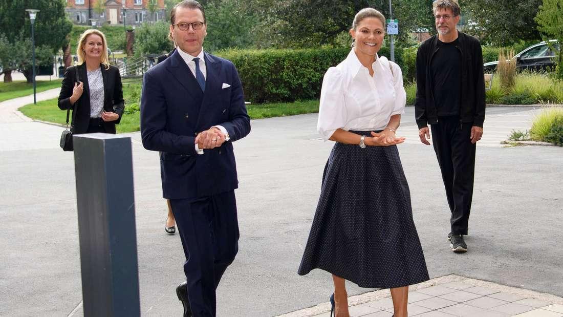 Eine strahlende Kronprinzessin Victoria und Prinz Daniel besuchen Ausstellung in der Universität von Stockholm