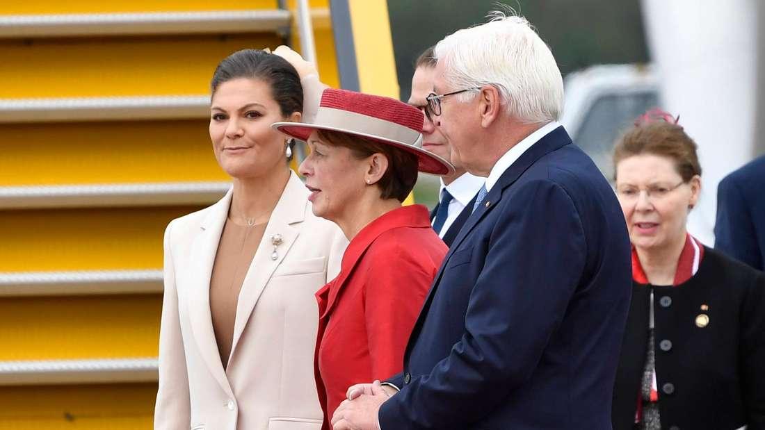 Kronprinzessin Victoria steht neben Elke Büdenbender und Frank-Walter Steinmeier.