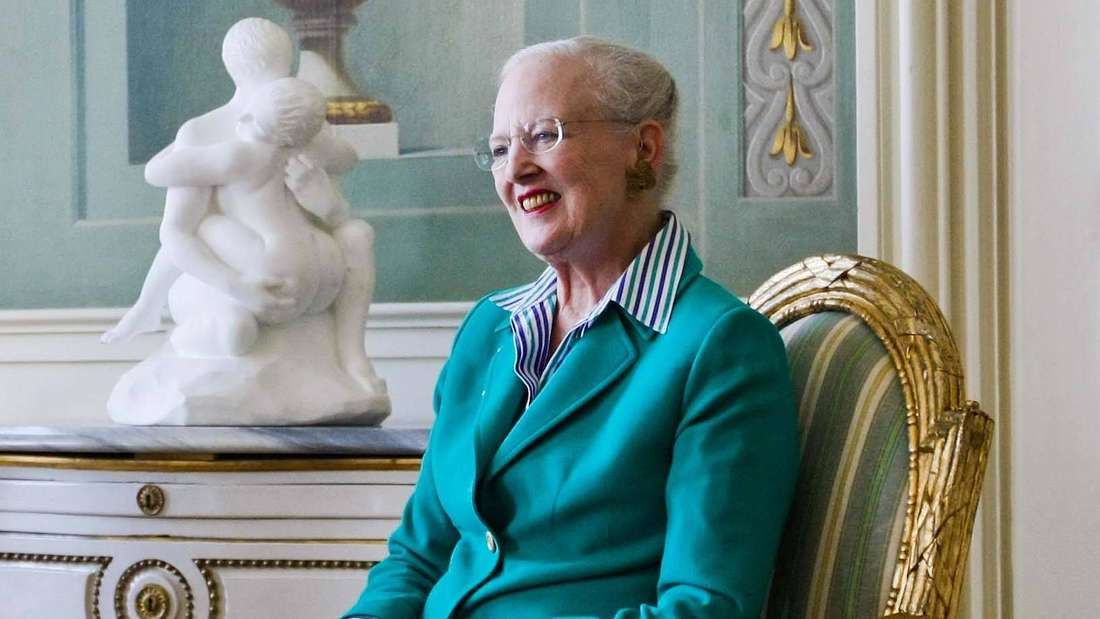 Königin Margrethe II. von Dänemark sitzt auf einem goldenen Stuhl im Schloss (Symbolbild).