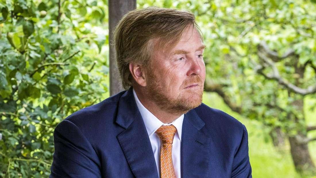 König Willem-Alexander blickt traurig zur Seite.