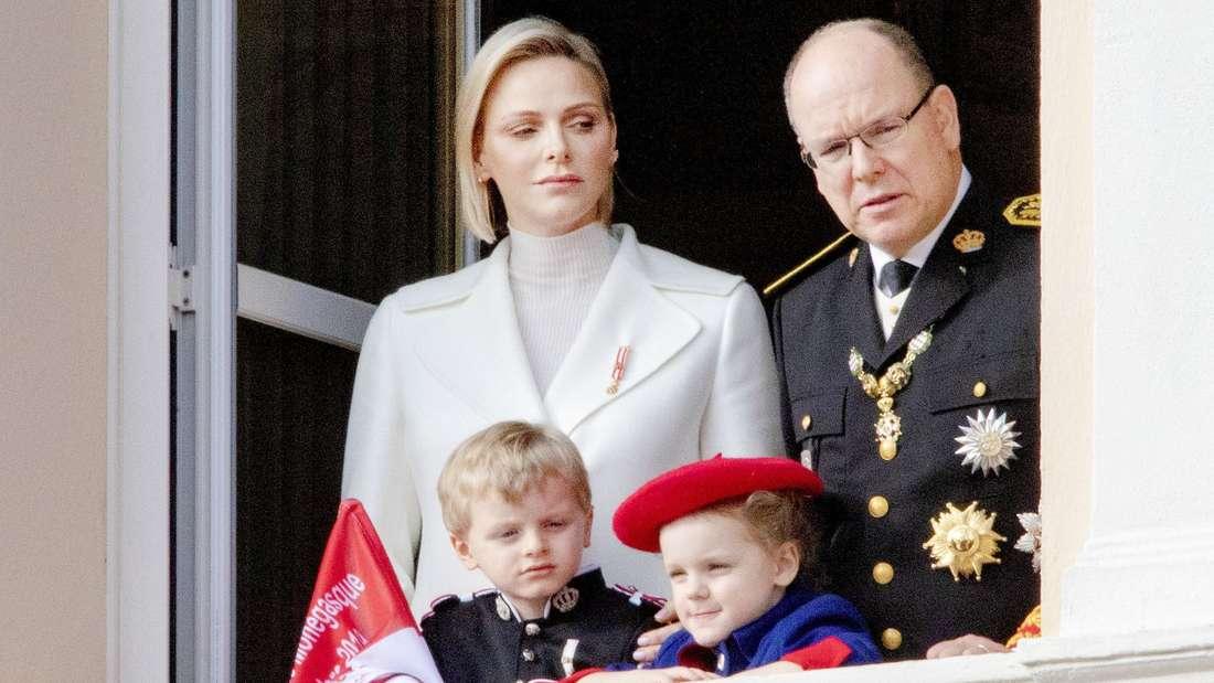 Fürstin Charlène und Fürst Albert von Monaco stehen mit ihren Kindern Jacques und Gabriella am Balkon (Symbolbild).
