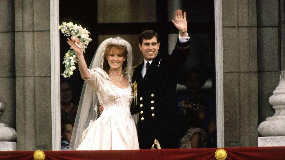 Prinz Andrew und Sarah Ferguson winken nach ihrer Hochzeit von einem Balkon.