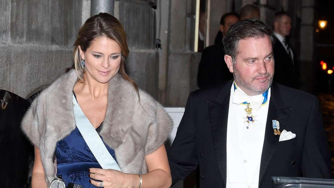 Prinzessin Madeleine und ihr Ehemann Chris O'Neill sind festlich gekleidet und laufen nebeneinander her.