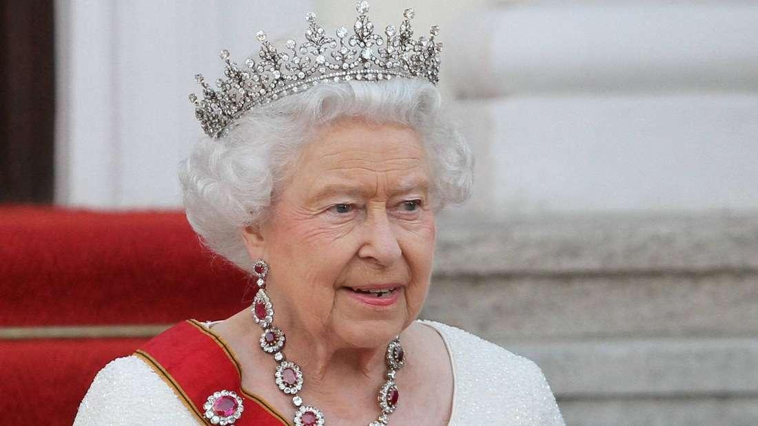 Queen Elizabeth II. trägt eine Tiara und blickt zur Seite.