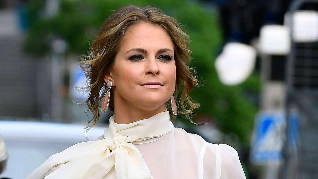 Prinzessin Madeleine trägt eine helle Bluse und schaut ernst.
