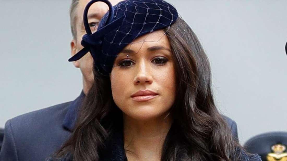 Herzogin Meghan schaut traurig nach unten.