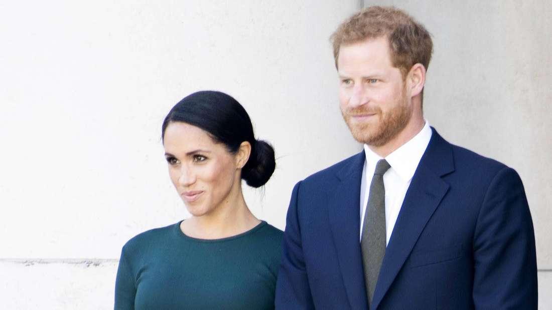 Herzogin Meghan und Prinz Harry stehen nebeneinander.