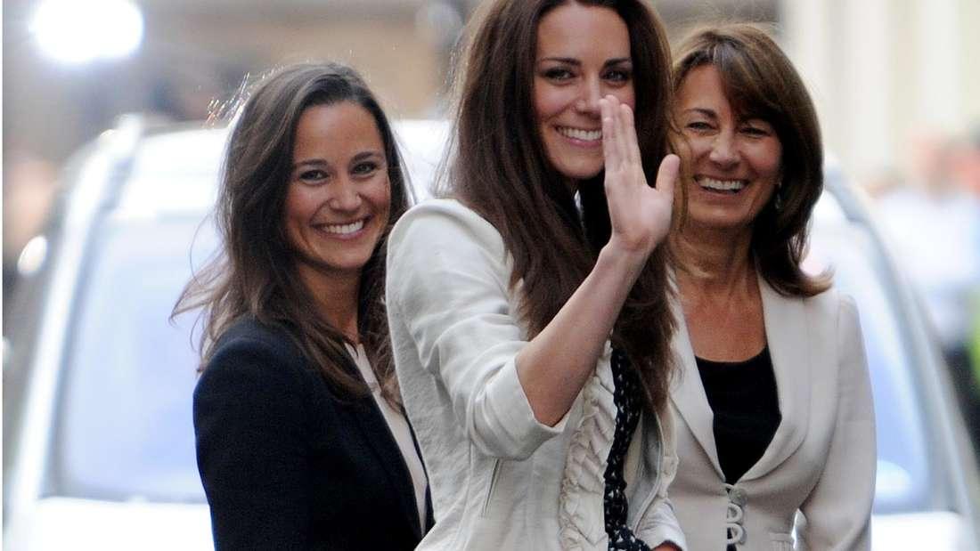 Kate Middleton steht am Vorabend ihrer Hochzeit in der Mitte zwischen ihrer Schwester Pippa (l) und ihrer Mutter Carole (r)
