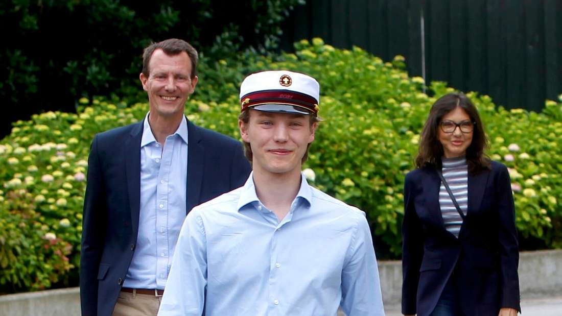 Prinz Felix geht vor seinen Eltern Prinz Joachim und Gräfin Alexandra einen Weg entlang.