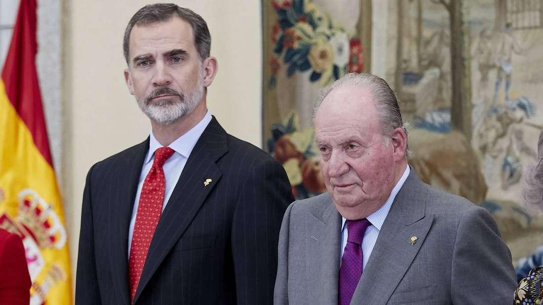 König Felipe steht neben seinem Vater Juan Carlos von Spanien.
