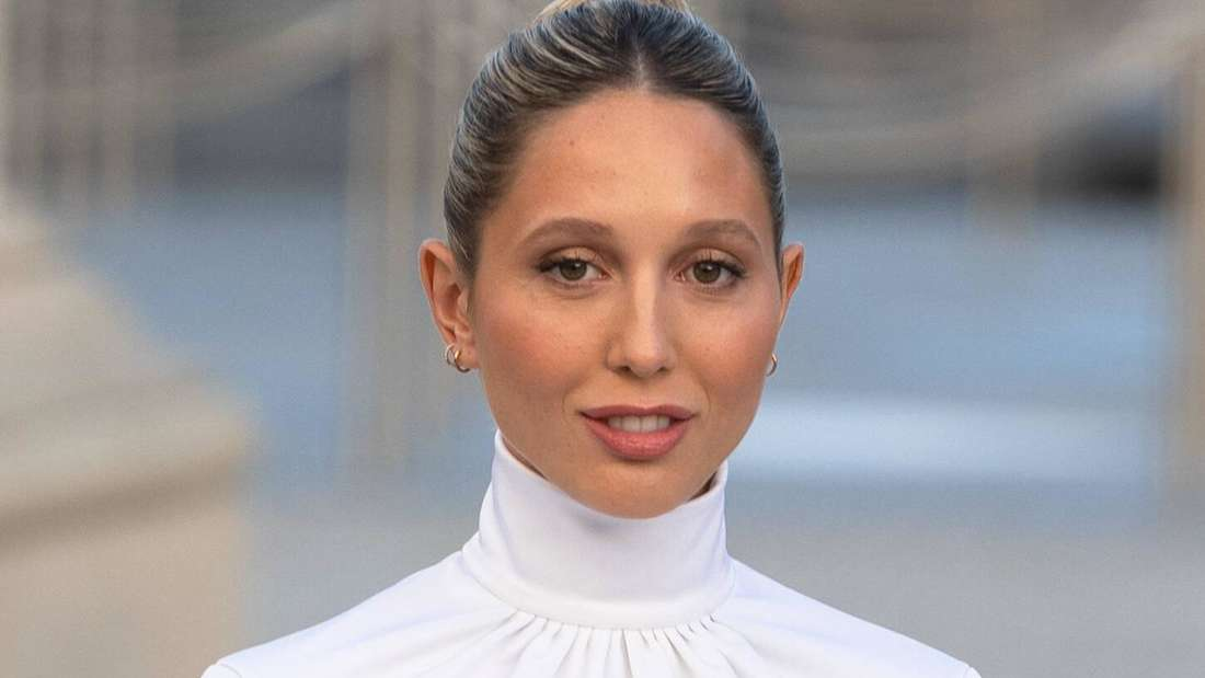 Olympia von Griechenland posiert in Louis Vuitton gekleidet für die Show des französischen Designers.