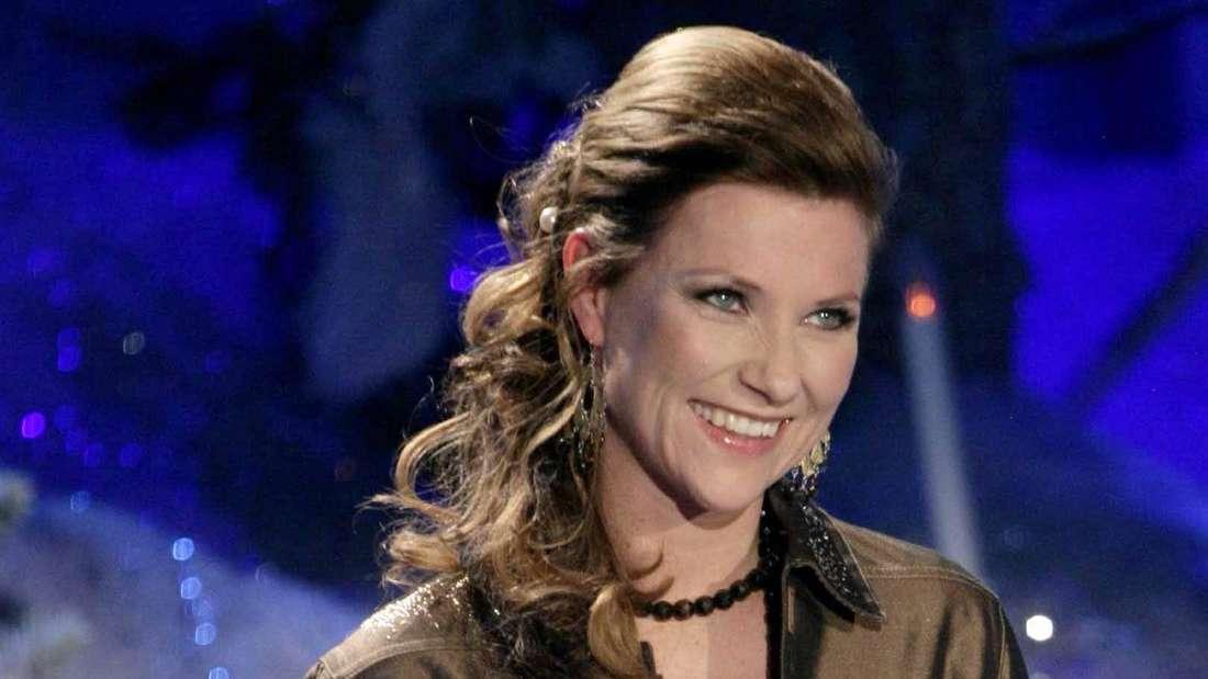 Prinzessin Märtha Louise von Norwegen lächelt und schaut nach oben.