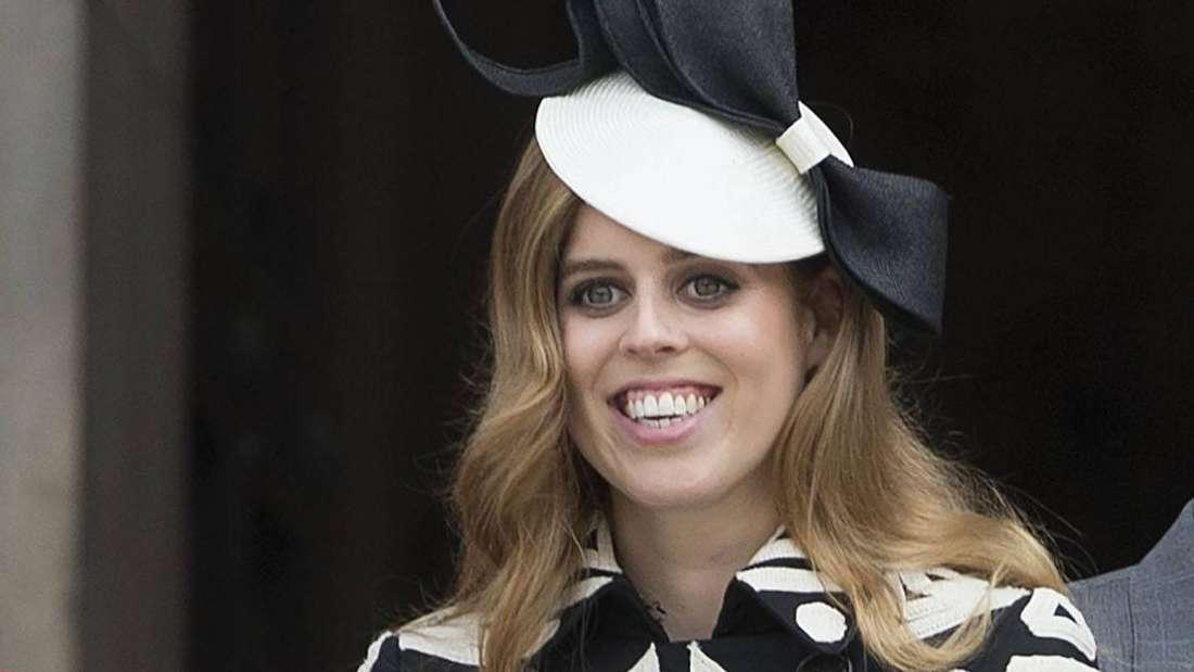 Prinzessin Beatrice trägt einen auffälligen Hut und lächelt (Symbolbild).