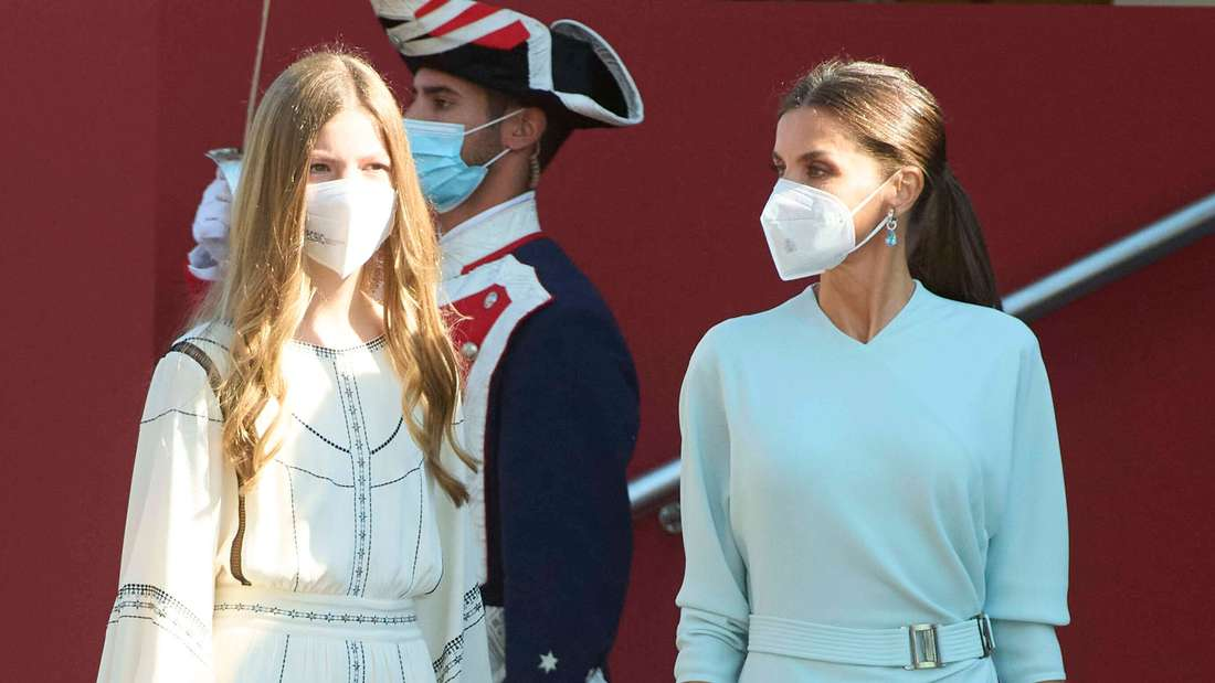 Prinzessin Sofía von Spanien läuft neben ihrer Mutter Königin Letizia.